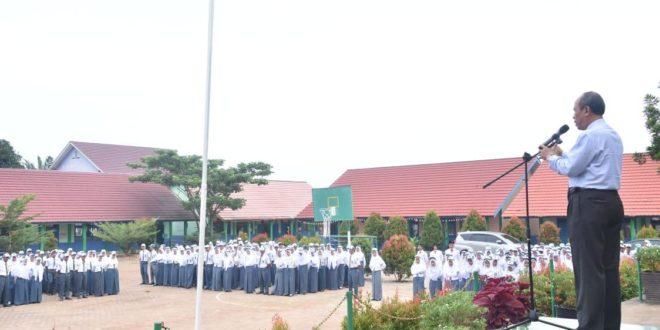 Rektor Universitas PGRI Palembang Mendapat Kehormatan Jadi Pembina Upacara di SMAN I Betung Banyuasin