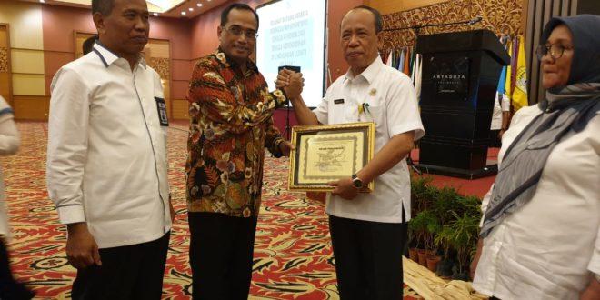 LLDikti Wilayah II Beri Dua Penghargaan Sekaligus Kepada Rektor Universitas PGRI Palembang