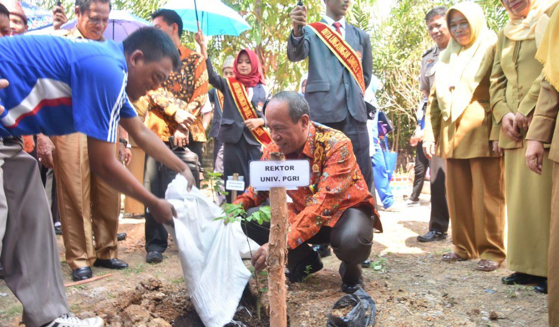 Peringati Hari Pohon Sedunia, Universitas PGRI Palembang dan SMAN 19 Gelar Penanaman 430 Batang Pohon