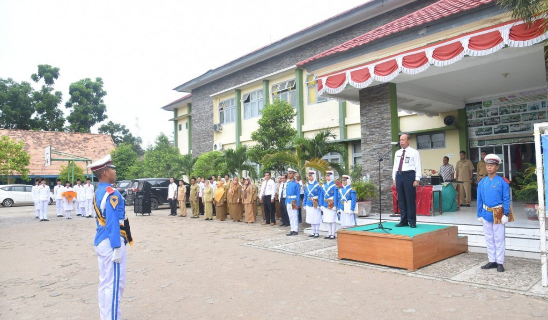 Rektor Universitas PGRI Palembang Didaulat Jadi Pembina Upacara di SMAN 1 Sekayu Muba