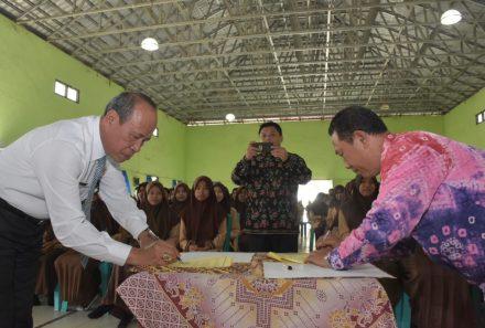 Rektor UPGRI Palembang Gelar Silaturahmi dan Teken MoU dengan Kepala SMAN 1 Belitang dan SMKN 1 Semendawai Suku III OKU Timur
