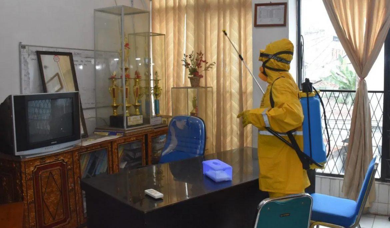Sterilisasi Seluruh Area Kampus, Universitas PGRI Palembang Rutin Lakukan Penyemprotan Disinfektan