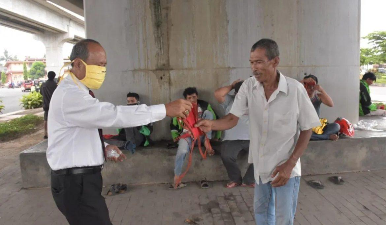 Aksi Peduli Covid-19, Universitas PGRI Palembang Bagikan Masker Secara Gratis Kepada Masyarakat