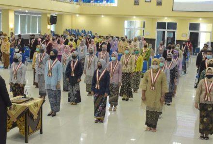 Patuhi Protokol Kesehatan Covid-19, FKIP Universitas PGRI Palembang Gelar Yudisium dan Lantik Sarjana Baru