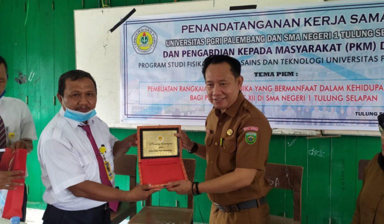 Universitas PGRI Palembang Jalin Kerja Sama dan Gelar PkM di SMAN 1 Tulung Selapan OKI