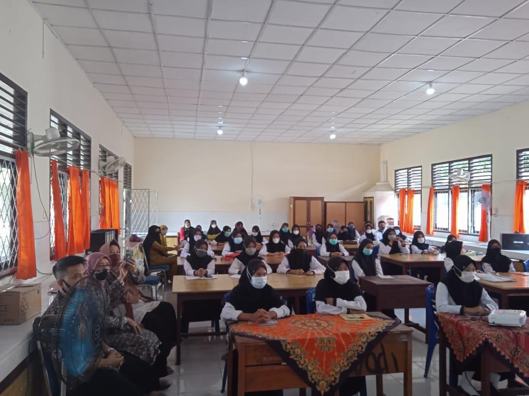 Dosen Prodi Pendidikan Bahasa Inggris FKIP Universitas PGRI Palembang Gelar PkM di SMAN 2 Kayuagung